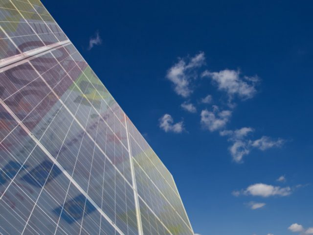 Como instalar um painel solar fotovoltaico em empresas e residências?