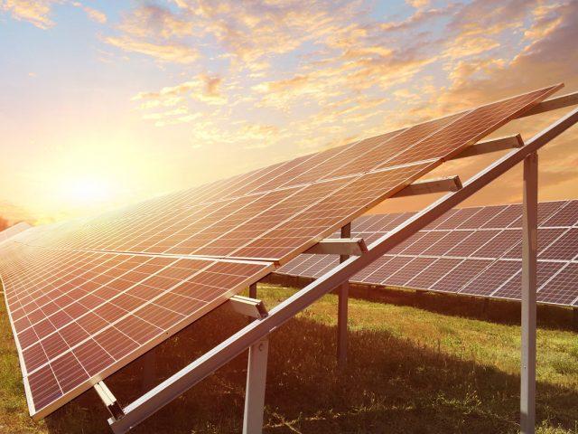 Quais as vantagens e desvantagens dos sistemas on-grid e off-grid?