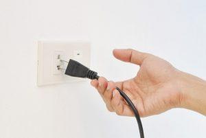 puxando a tomada de energia elétrica